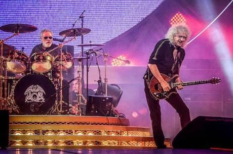 Roger toca bateria com o Queen, em São Paulo