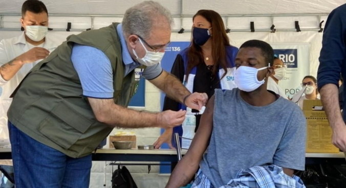 Marcelo Queiroga aplica vacina contra covid em morador de rua do Rio de Janeiro