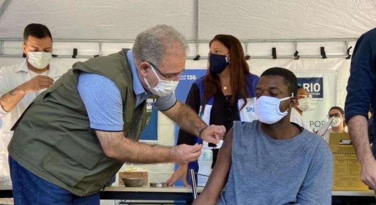 O ministro Marcelo Queiroga aplica vacina contra covid-19
