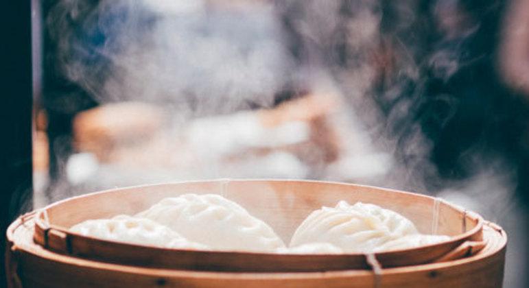 Quem cozinha ou pesquisa sobre cozinha sabe que existem diversos tipos de cocção de alimentos. Muitos deles são difundidos e estudados por especialistas da gastronomia mundial, mas outros são praticados apenas em determinados povos e, portanto, estão enraizados em suas culturas. Um bom exemplo é a cesta de bambu, comumente usada por países asiáticos e ótima ideia para quem precisa de praticidade na hora de cozinhar seus legumes no vapor.