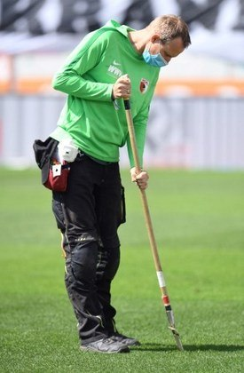 Quem cuidou do gramado antes da partida também teve que utilizar máscaras.