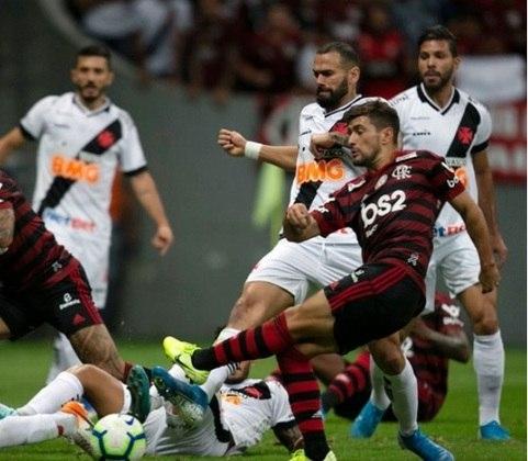 Quem manda em Flamengo x Vasco é o Rubro-Negro, que já venceu em 154 oportunidades. O Cruzmaltino possui 137 vitórias, e são ainda 118 empates na história do confronto.