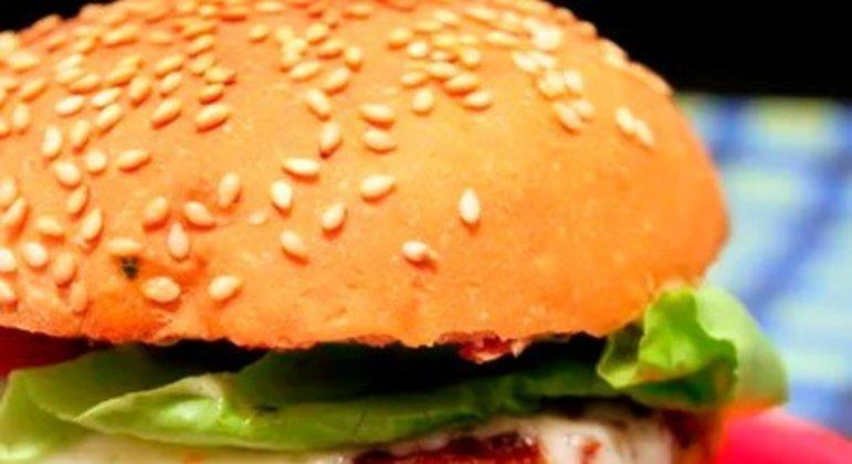 Quem nunca quis comer um hambúrguer de siri? A receita do desenho Bob Esponja é uma ótima pedida pra quem gosta de frutos do mar. Ele foi desenvolvido pelo site