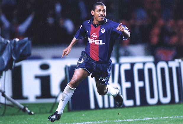 Quem perambulou pelo PSG, mas sem deixar saudades, foi o ex-volante Vampeta. O ídolo do Timão entrou em campo pelo clube francês apenas oito vezes entre 2000 e 2001