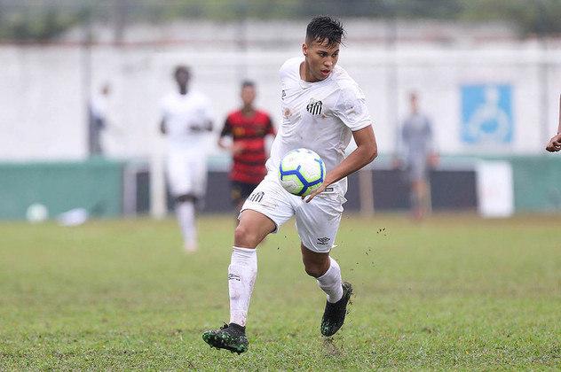Quem vem aparecendo cada vez mais no time do Santos é Kaio Jorge, atacante de 18 anos. Já fez 15 jogos no profissional do Santos, e marcou um gol. Tem contrato até 2022 e multa de 50 milhões de euros (cerca de R$ 300 milhões).
