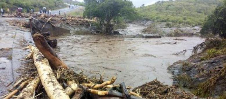 Deslizamentos de terra, após vários dias de fortes chuvas, arrastaram pontes, estradas e casas inteiras