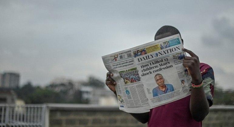 Em Nairóbi, capital do Quênia, homem lê jornal com a confissão de Wanjala na capa