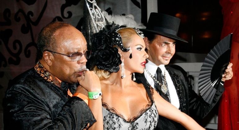 O produtor Quincy Jones (de óculos), no carnaval do Rio de Janeiro em 2007