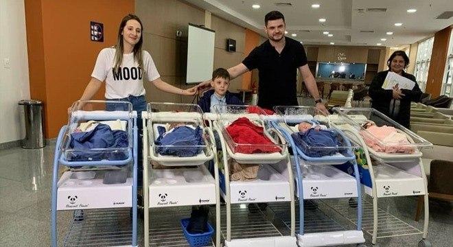 Os quíntuplos foram para casa 87 dias após o parto