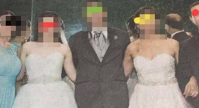 Nora e sogra posam para foto junto ao noivo