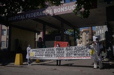 Funcionários protestam em porta de hospital