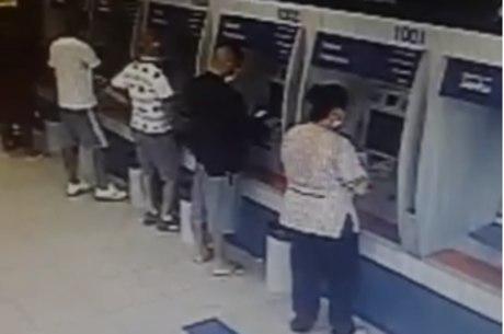 Homem foi flagrado no momento em que tentava roubar