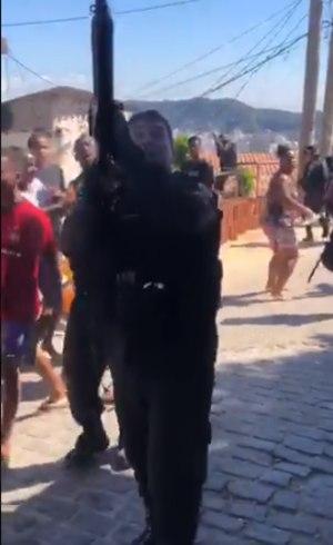 PM dispara para alto em comunidade