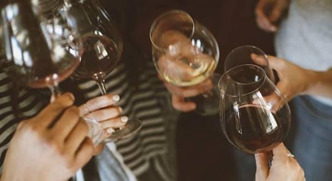 Uma boa pedida para esquentar é tomar um bom vinho acompanhando as refeições mais aconchegantes