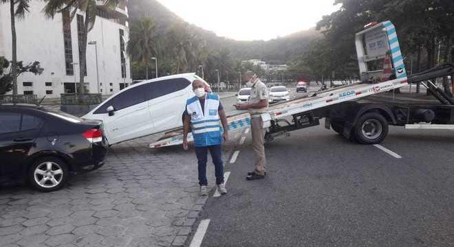 Prefeitura remove 18 veículos na orla do Leme ao Pontal