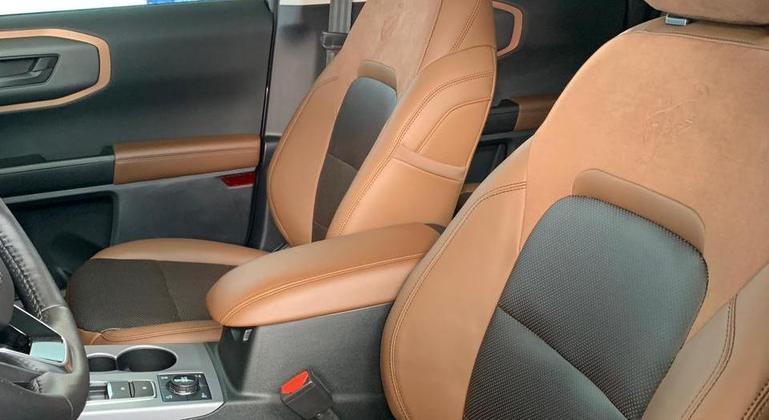 SUV tem bancos com dois tons de couro