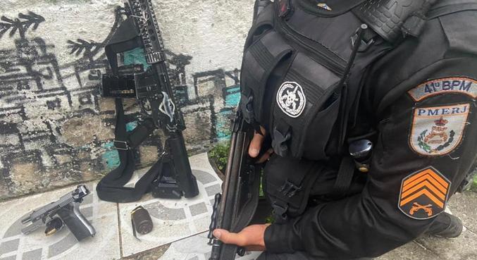 Armas foram apreendidas após confronto entre policiais e traficantes no Juramento