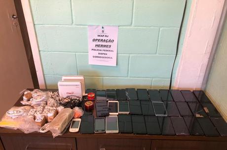 Trinta e quatro celulares foram apreendidos