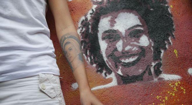 Viúva de Marielle refaz grafite feito por Malala na comunidade Tavares Bastos