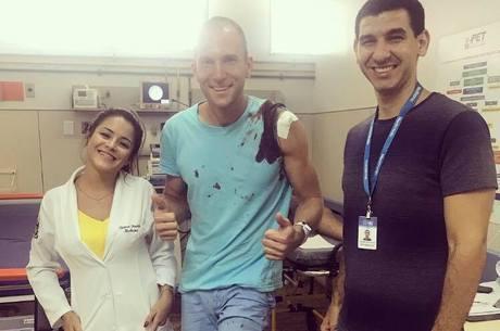 Atleta publicou foto com equipe médica