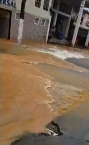 Água invadiu lojas e casa no Rio