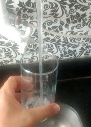 Água chega com cheiro e gosto