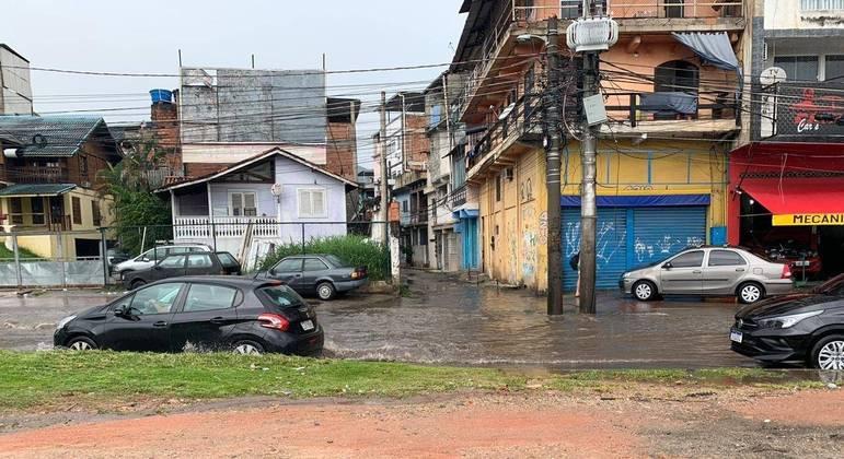 Bolsão d'água ocupou parcialmente a avenida Ayrton Senna, na altura da rua Cel Eunir, na Gardênia Azul