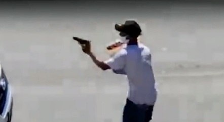 Imagens flagraram suspeito armado