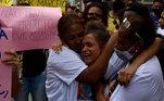 Muita comoção e revolta marcaram oenterro deMarceloGuimarães, morto a tiro próximo à Cidade de Deus, nesta terça-feira (5), no Cemitério de Inhaúma, na Zona Norte do Rio.
