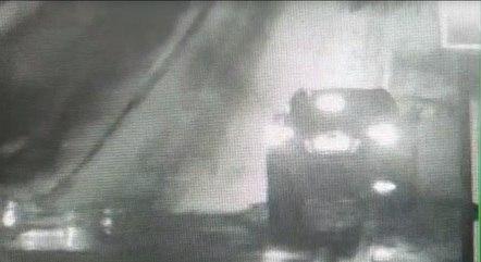 Imagens mostram momento em que fuzil é entregue
