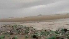 'Onda de lixo' invade praia na zona sul do Rio de Janeiro