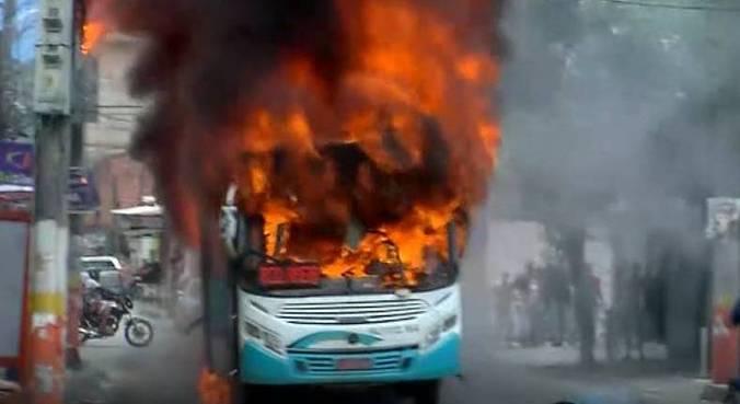 Manifestantes fecharam a rua onde fica a DHBF e incendiaram ônibus