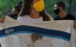 Uniforme da Prefeitura do Rio com a marca do sangue de Marcelo foi mostrado no protesto