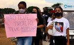 Parentes e amigos realizam um protesto pela morte deMarceloGuimarães, próximo à Cidade de Deus, na zona oeste do Rio de Janeiro, nesta terça-feira, após o enterro da vítima, realizado no Cemitério de Inhaúma, na Zona Norte