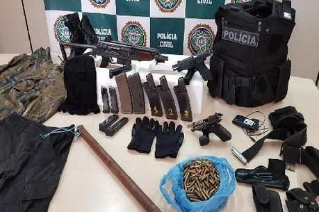 Armas e munições foram apreendidos com o suspeito