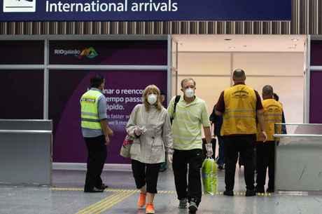 Passageiros desembarcam no Galeão com máscaras