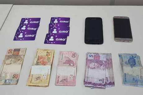 Cartões, celulares e dinheiro foram apreendidos