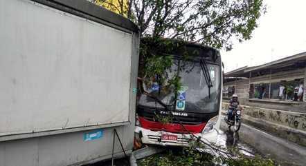 Ônibus colidiu com banca de jornal