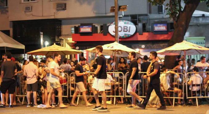 Bares ficaram lotados na noite de segunda-feira (15) no Leblon, no Rio