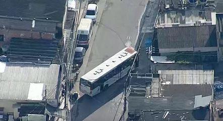 Ônibus foi usado como barricada na Vila Aliança