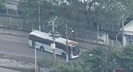Ônibus foram usados como barricadas para impedir ação