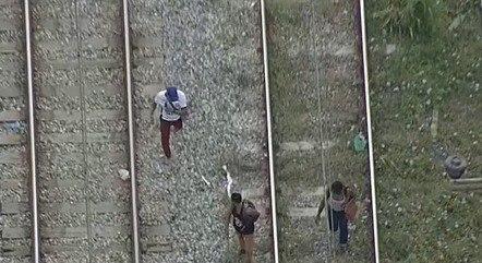 Passageiros seguiram pela linha férrea durante interrupção