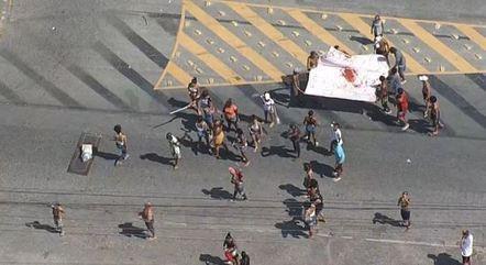 Familiares e amigos fazem protesto após morte de criança