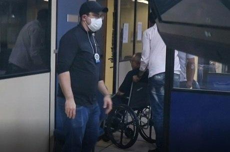 Médico foi prestar depoimento em cadeira de rodas