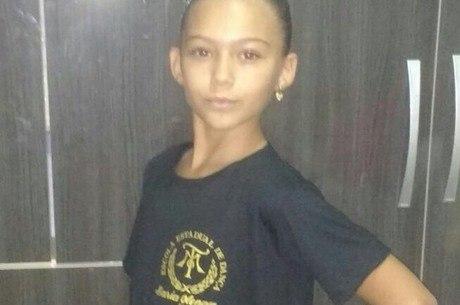 Rayane com uniforme da Escola de Dança Maria Olenewa