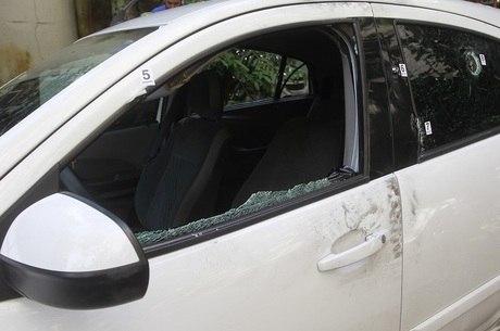 Carro foi alvejado por nove tiros
