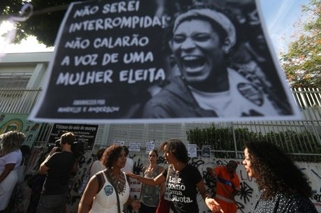 Manifestantes fizeram homenagens no local do crime