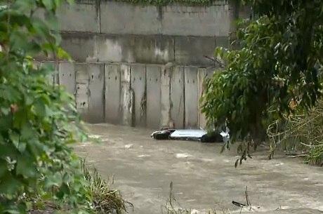 Carro foi arrastado para dentro do canal, na Taquara