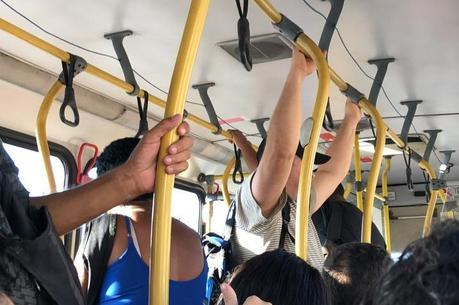 Cariocas enfrentam ônibus lotados para ir ao trabalho