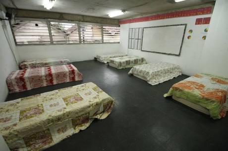 Salas de aula foram adaptadas para virar dormitório
